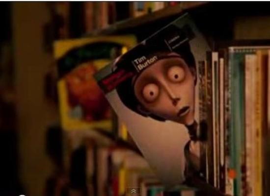 Geceleri kitaplar rafta gündüz durduğu gibi durmaz